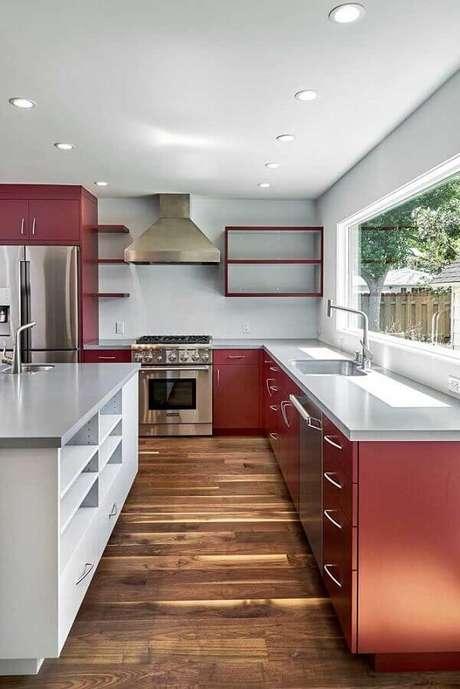20. Decoração com armário de cozinha vermelho com piso de madeira e ilha – Foto: Pinterest