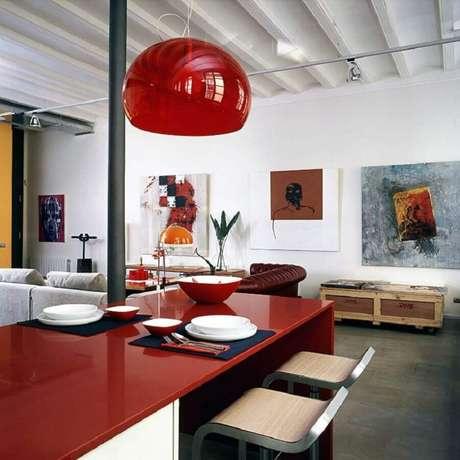 26. Decoração em tons de vermelho para casa com ambientes integrados – Foto: Arcguide