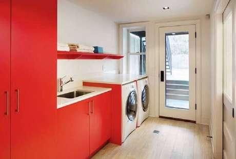 30. A lavandeira planejada também pode ter tons de vermelho na sua decoração – Foto: Traci Connell Interiors