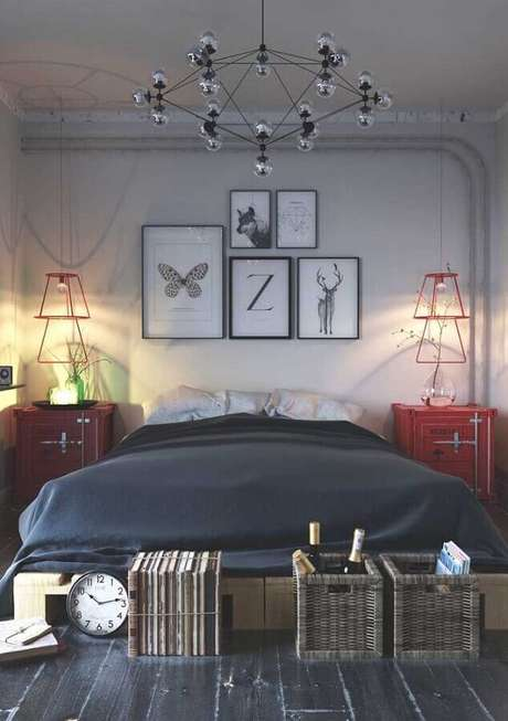 31. Decoração em tons de vermelho para quarto cinza com quadros na cabeceira – Foto: Pinosy