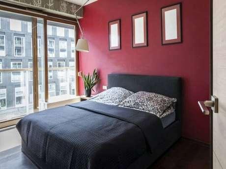 10. Decoração para quarto vermelho com luminária de teto – Foto: Casa Chick