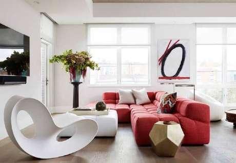 35. Decoração vermelho e branco para sala moderna e ampla – Foto: Dane Austin Design
