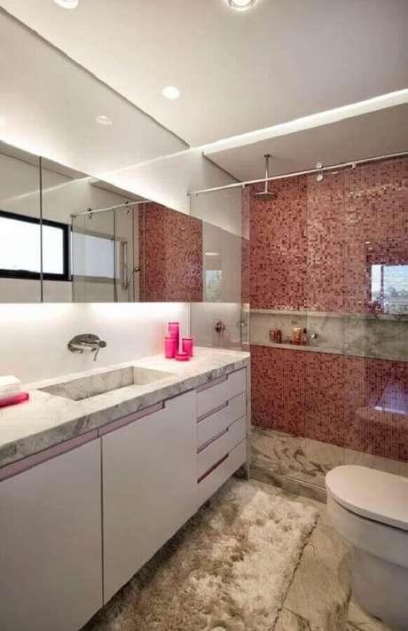 11. Decoração clean para banheiro com pastilha vermelha e tapete felpudo – Foto: Pinteres