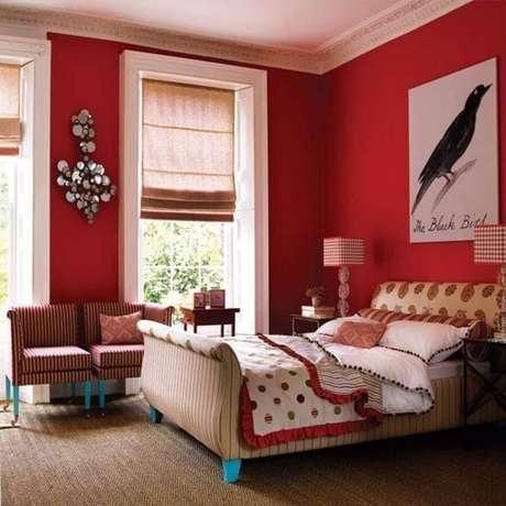 39. Decoração para quarto com parede vermelha e cabeceira estampa – Foto: Grezu