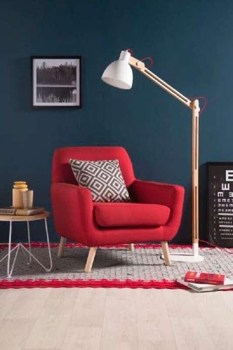 16. Faça a combinação de azul com tons de vermelho para uma decoração charmosa – Foto: Pinosy