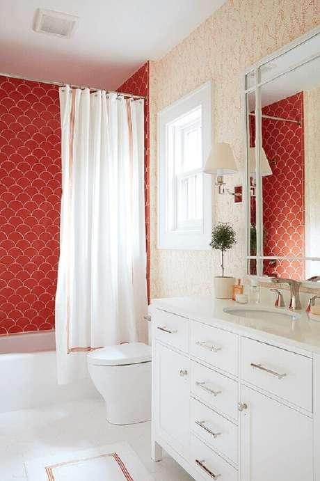 46. Além do banheiro com pastilhas vermelha também é possível utilizar outros tipos de revestimentos em tons de vermelho para decorar esse ambiente – Foto: Plus Arquitectura