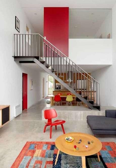 47. Decoração em tons de vermelho para casa com piso de cimento queimado – Foto: Pinterest