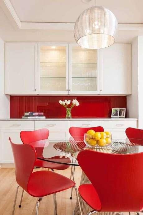 48. Decoração vermelho e branco para cozinha com mesa redonda de vidro e armário planejado – Foto: One Kindesign