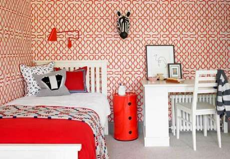 50. Decoração vermelho e branco para quarto com papel de parede e escrivaninha pequena = Foto: Pinterest