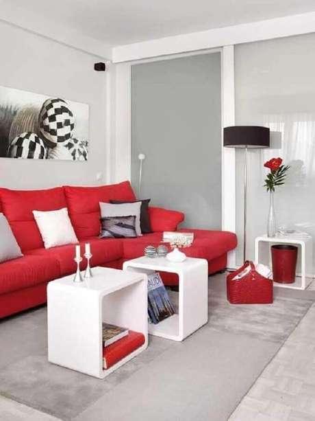53. Tons de vermelho deixam a decoração simples em tons neutros mais interessante – Foto: Pinterest