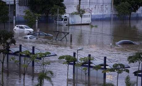 Carros ficam encobertos pela água na Av. Presidente Wilson, Zona Leste de São Paulo