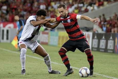 Éverton Ribeiro, do Flamengo, conduz a bola na partida contra o Vasco