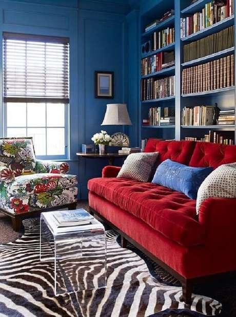 62. Decoração para sala de estar com sofá vermelho e paredes pintadas de azul – Foto: Pinterest