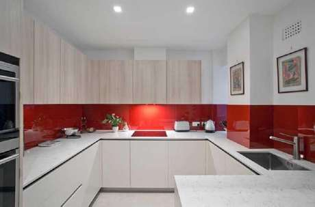 64. Tons de vermelho são excelentes para compor a decoração de cozinha – Foto: Roland Gori