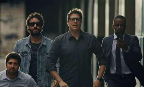 Fábio Porchat em cena de 'Homens?'com Gabriel Louchard, Gabriel Godoy e Raphael Logam.