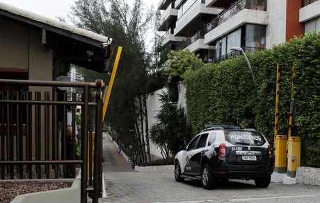 Carro de polícia chega ao condomínio onde foi preso um dos suspeitos da morte de Marielle Franco, no Rio de Janeiro. No mesmo condomínio, tem casa o presidente Jair Bolsonaro 12/03/2019 REUTERS/Sergio Moraes