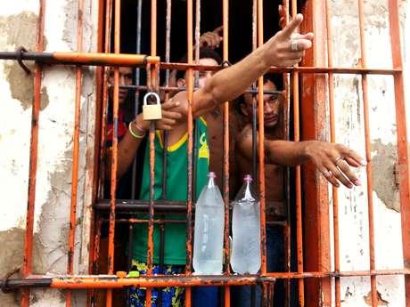 Presos gesticulam na Penitenciária de Pedrinhas, no Maranhão, em 2014