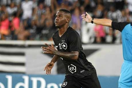 Jonathan, do Botafogo, comemora seu gol durante partida contra o Madureira, válida pela 3ª rodada do Campeonato Carioca de 2019, realizada no Estádio Nilton Santos, na zona norte da cidade do Rio de Janeiro, nesta segunda-feira (11).