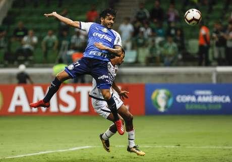 Goulart cabeceia para marcar seu primeiro gol na Libertadores