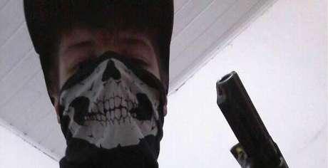 G.T.M. postou em sua página no Facebook 30 fotos com máscara de caveira - semelhante à encontrada na escola - e arma.