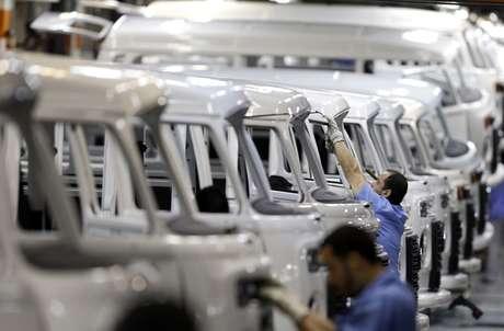 Trabalhadores em linha de produção de fábrica em São Bernardo do Campo  09/12/2013 REUTERS/Paulo Whitaker