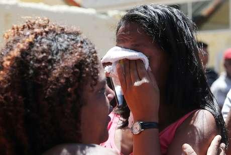 Familiares de alunos que estudam em escola alvo de massacre em Suzano 13/03/2019 REUTERS/Amanda Perobelli