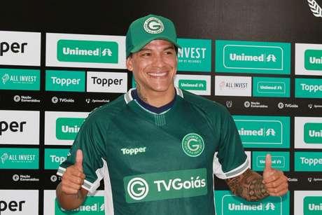 Giovanni Augusto é apresentado no Goiás nesta quarta-feira (Foto: Reprodução/Twitter Goiás)