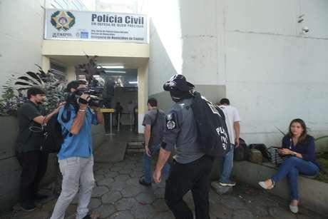 Movimentação de policiais chegando com malotes apreendidos em frente à Delegacia de Homicídios do Rio de Janeiro, na Barra da Tijuca, zona oeste da cidade, durante a Operação Lume, deflagrada na terça-feira, 12 de março de 2019
