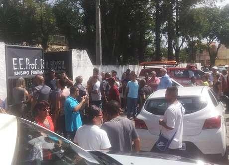 Movimento em frente ao portão da Escola Estadual Raul Brasil de Suzano, na Grande São Paulo, após tiroteio ocorrido nesta quarta-feira (13)
