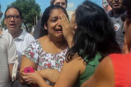 Mulheres buscam por informações após tiroteio ocorrido na Escola Estadual Raul Brasil de Suzano, na Rua Otávio Miguel da Silva, em Suzano, na Grande São Paulo, nesta quarta-feira (13)
