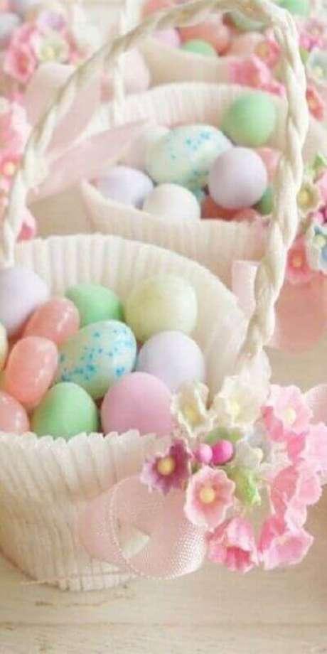 22. Delicada cesta de páscoa com balinhas coloridas – Foto: Pinosy