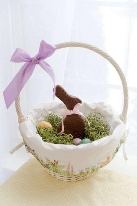 23. Delicada cesta de páscoa com ovinhos e coelhinho de chocolate – Foto: Pinosy