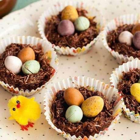 21. Cesta de páscoa com ovinhos coloridos também é uma ideia interessante de lembrancinhas para páscoa – Foto: Pinterest