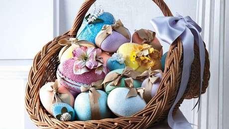 25. Cesta de páscoa com ovos coloridos e decorados com fitas e flores – Foto: Martha Stewart
