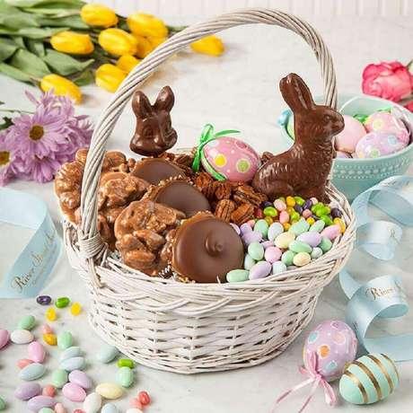 26. Além do ovo de páscoa, uma cesta cheia de coelhinhos de chocolate também é um excelente presente – Foto: Pinterest