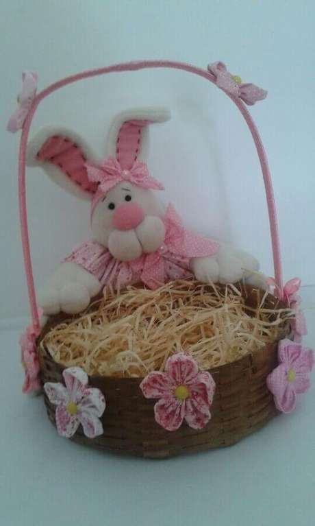 27. Cesta de páscoa simples decorada com coelho de tecido – Foto: Pinterest