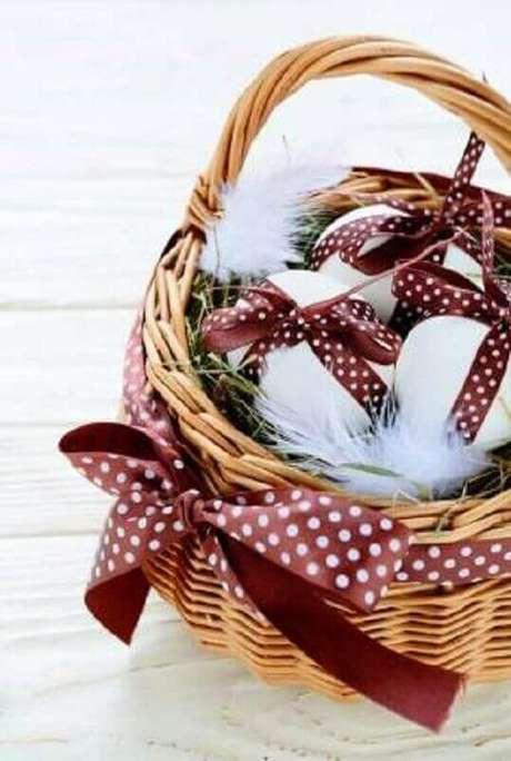 29. Cesta de páscoa decorada com fita marrom e bolinhas brancas – Foto: Pinterest