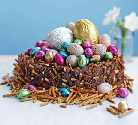32. Cesta de páscoa feita com bolo de chocolate e vários ovos pequenos de chocolate – Foto: BBC Good Food