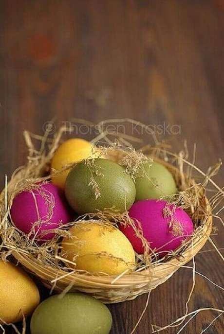 33. Cesta de páscoa simples com ovinhos coloridos – Foto: Pinterest