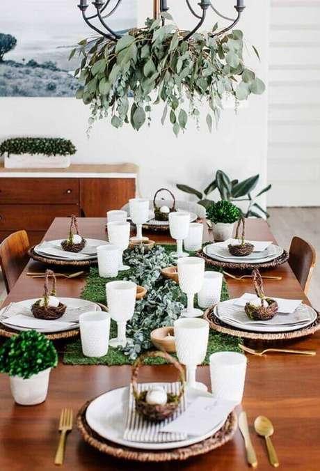 35. Linda decoração de mesa com folhagens e pequena cesta de páscoa – Foto: Neu dekoration stile