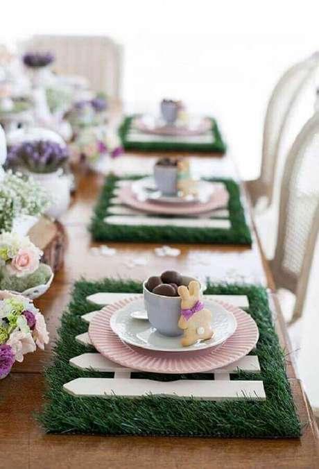 36. O mini ovo de páscoa aqui foi utilizado para decorar a mesa com xícaras brancas – Foto: Neu dekoration stile