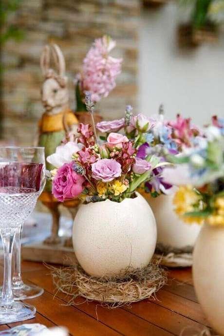 38. Decoração de páscoa com arranjo de flores dentro de casca de ovo – Foto: Lovely Lovely!