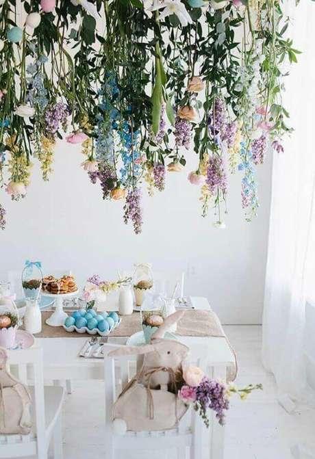 39. Delicada decoração para mesa de páscoa com ovos azuis – Foto: Nunta cu stil
