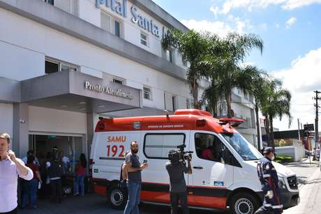 Ambulância leva ferido no massacre para hospital nas redondezas