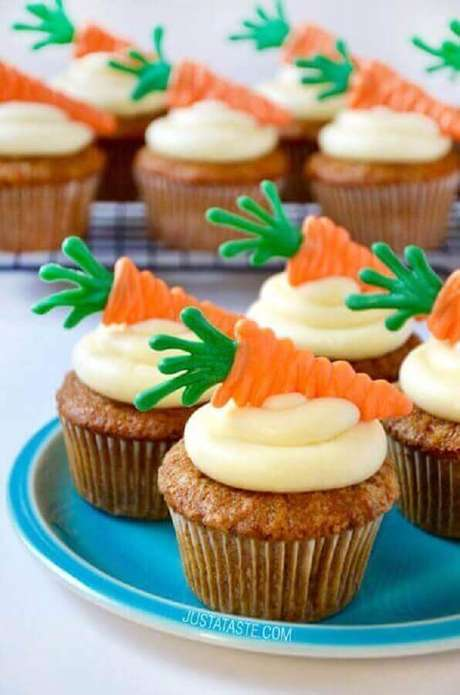 44. Os docinhos personalizados também são excelentes ideias para páscoa – Foto: Cupcakes Ideas