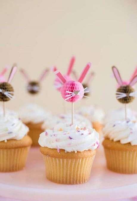 45. Ideias para páscoa com cupcakes personalizados com coelhinhos de papel no topo – Foto: Pinosy