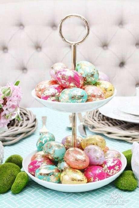 46. Ideias para páscoa decorada com vários ovos de chocolates com embalagem colorida – Foto: Pinosy