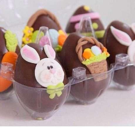 58. Lembrancinhas de páscoa com ovinhos de chocolate personalizados – Foto: Pinosy