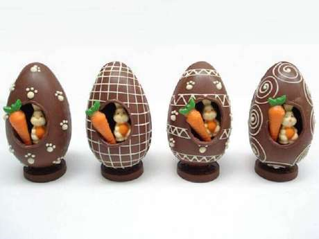 62. Lindos ovos de páscoa artesanais com coelhinhos dentro – Foto: Pinosy