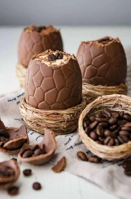 63. Mini cesta de páscoa com ovo de chocolate recheado – Foto: Acasa la Nevasta